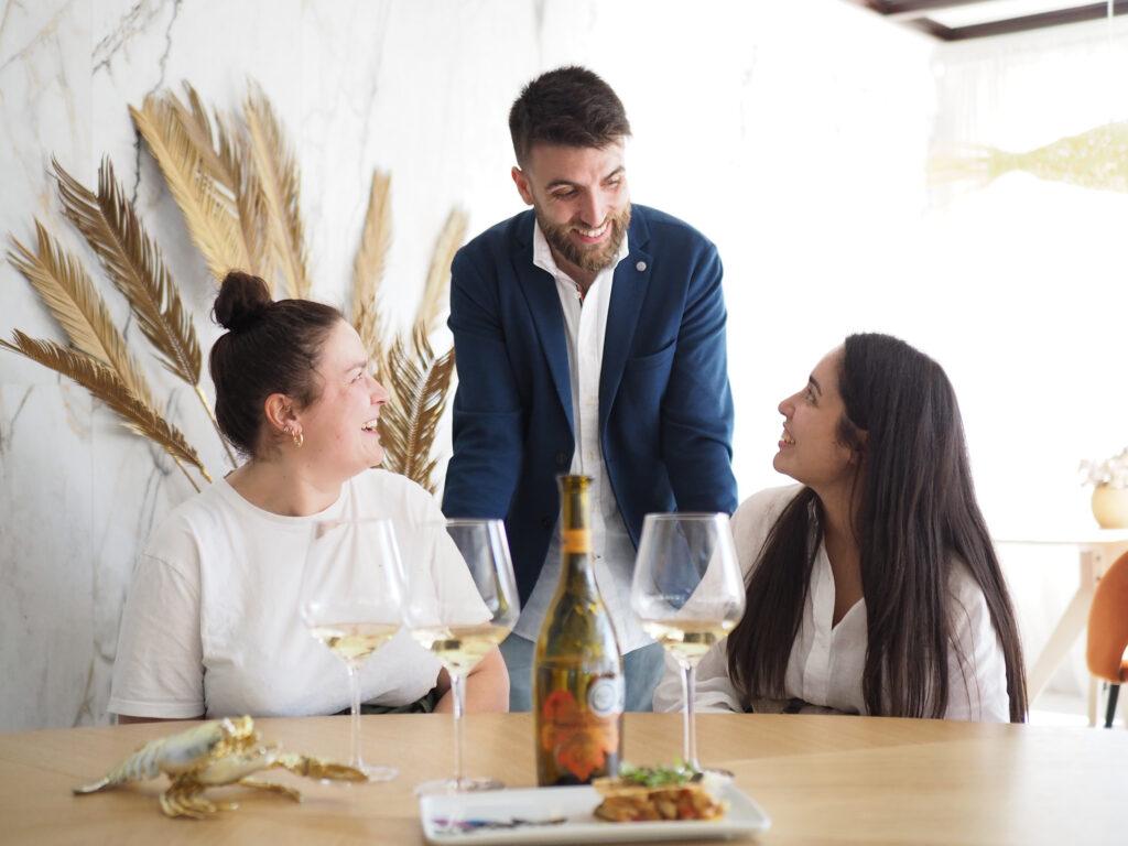 Restaurante Cuatro Perras y vino blanco